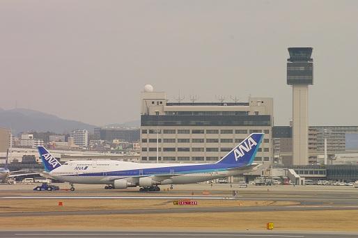 2014.1.12 伊丹空港 格納庫からタラップへ移動2.JPG