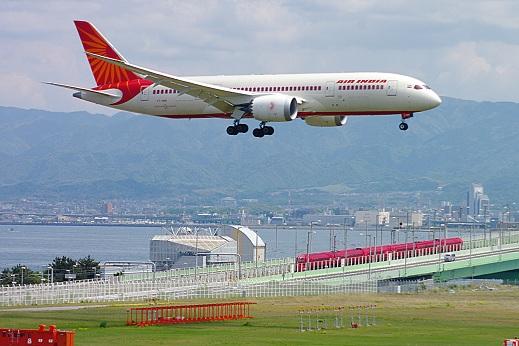 2014.5.1 関西空港線(南海空港線) りんくうタウン-関西空港 ラピーと赤と飛行機1.JPG