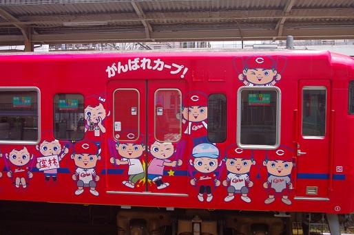 2014.6.8 山陽本線 広島 カープ電車2.JPG